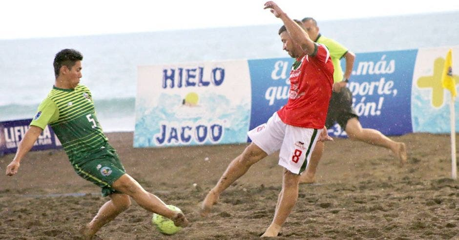 jugadores pelean por bola en arena