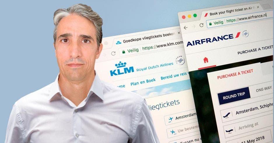 Un hombre de mediana edad posa en frente de dos páginas web