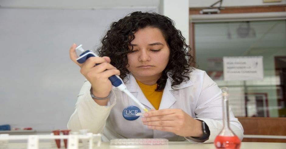 Navilla Apú, docente e investigadora de la Facultad de Farmacia de la UCR
