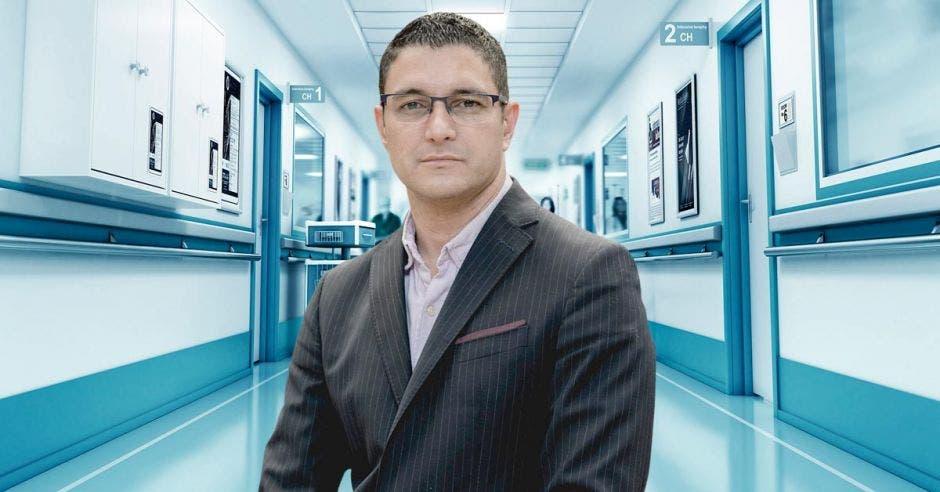 Daniel Salas y un pasillo de hospital
