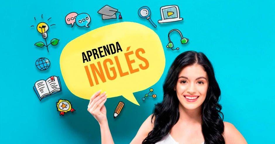 Una mujer sosteniendo un cartel que dice Aprenda inglés