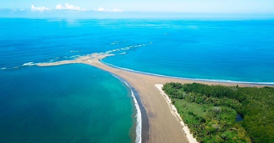 Bahía Ballena, en el Pacífico, es uno de los destinos turísticos favoritos de los extranjeros