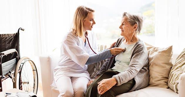 Doctora atiende adulta mayor en su casa