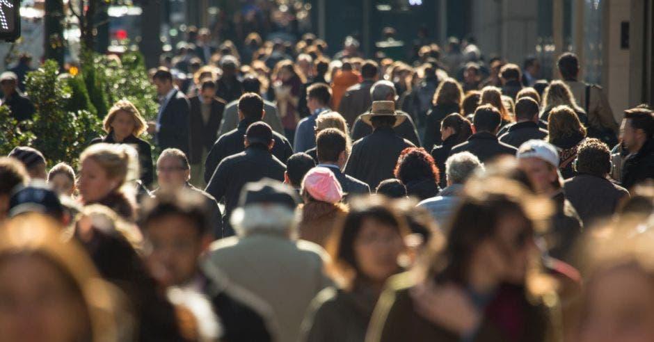 Multitud de personas anónimas caminando por la concurrida calle de la ciudad de Nueva York