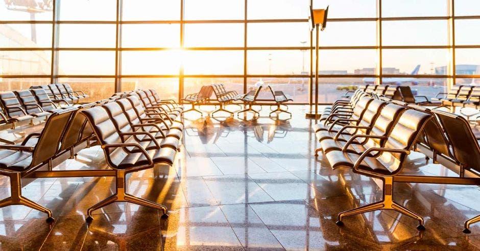 Una sala de aeropuerto vacía