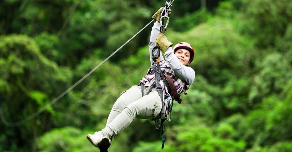 Una mujer tirándose en canopy