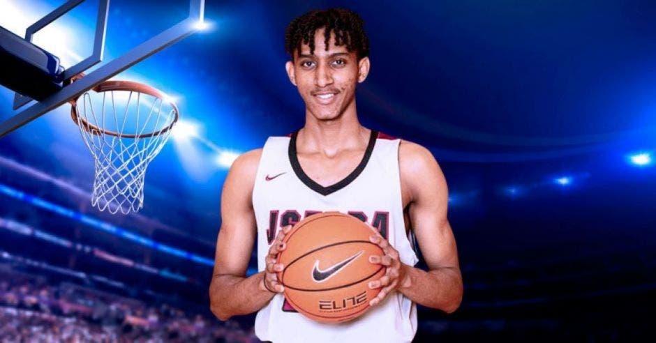 jugador con bola de basket