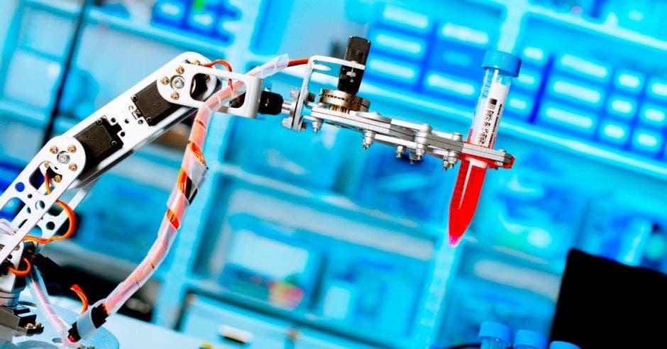 un robot toma una prueba de sangre