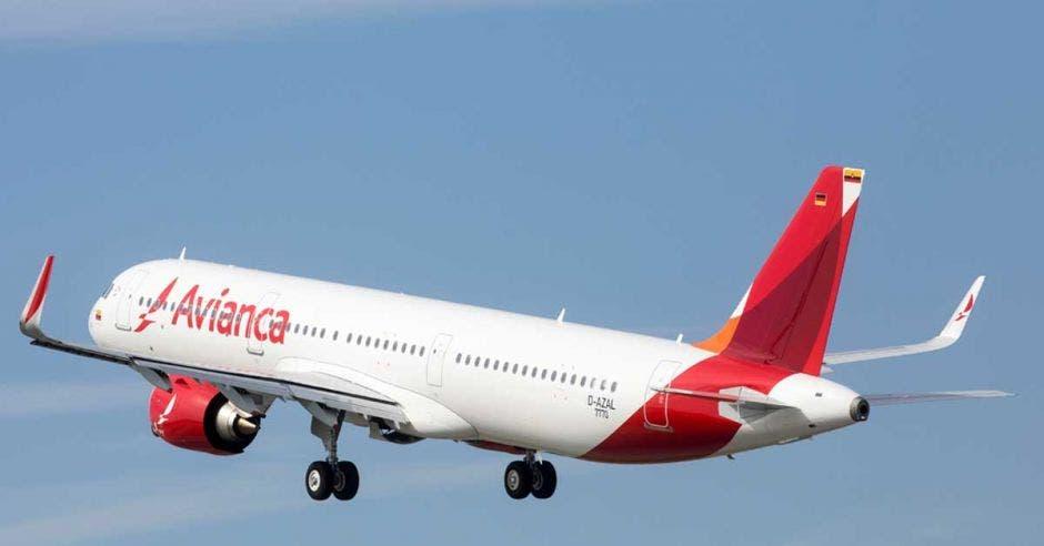 Un avión blanco de Avianca con líneas rojas