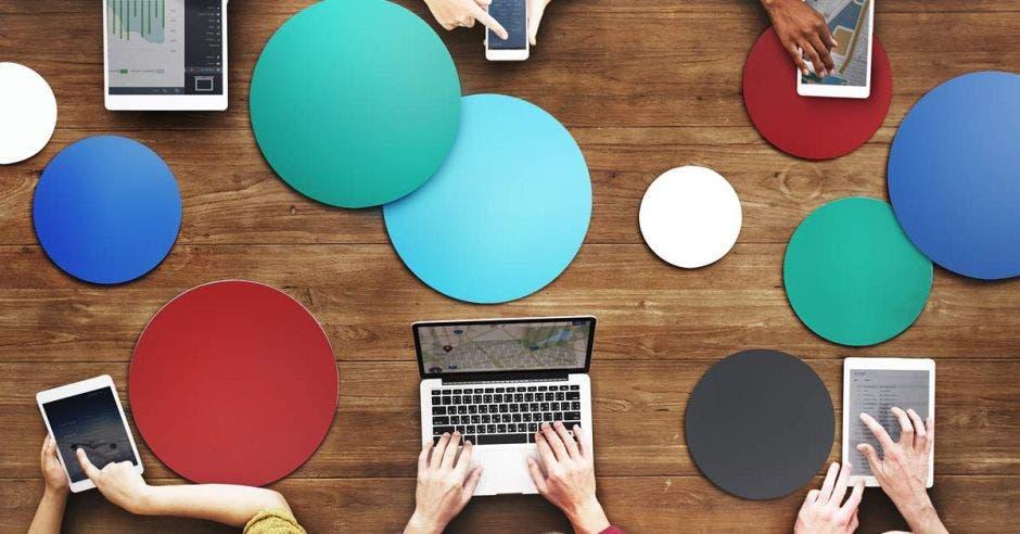 El aislamiento social que ha generado la crisis sanitaria del Coronavirus es una gran oportunidad para aprovechar las plataformas virtuales, con planes de estudio cortos, enfocados en programación y experiencia del usuario. Shutterstock/La República.