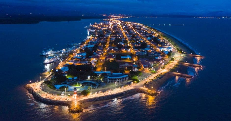 Vista aérea nocturna de Puntarenas