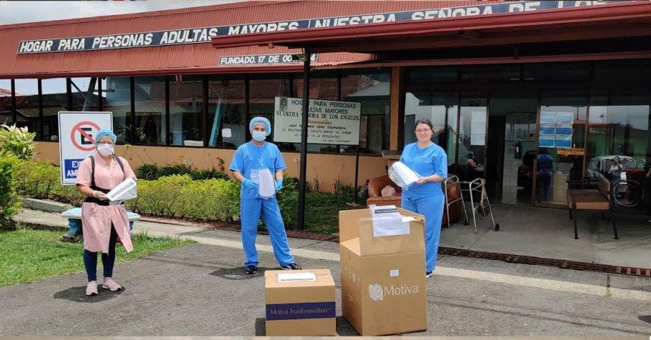 Las mascarillas confeccionadas se entregan a las organizaciones para enfrentar el Coronavirus. Cortesía/La República.