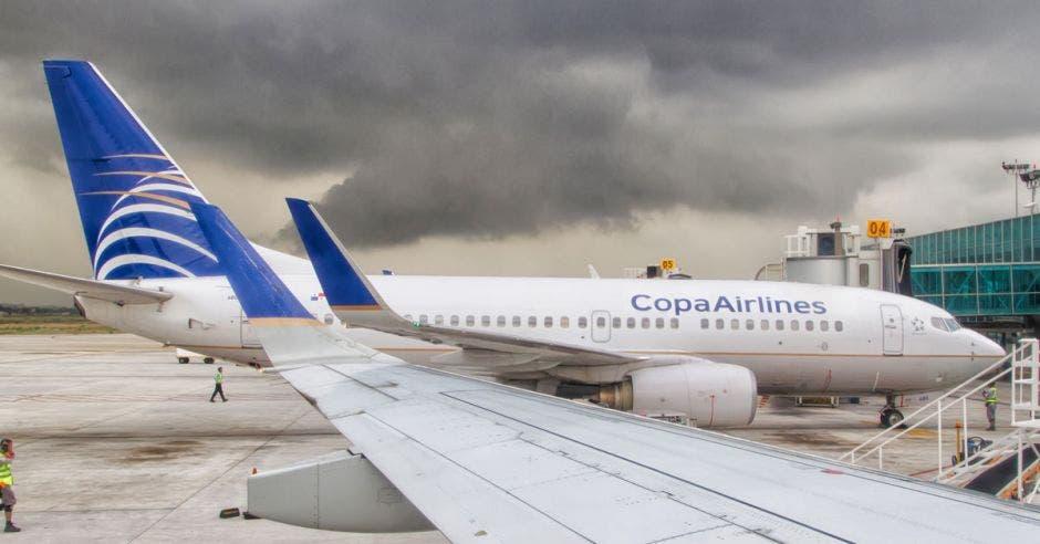 Dos aviones de copa airlines en un hangar