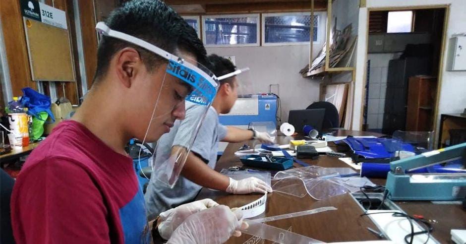 Jovenes fabricando caretas