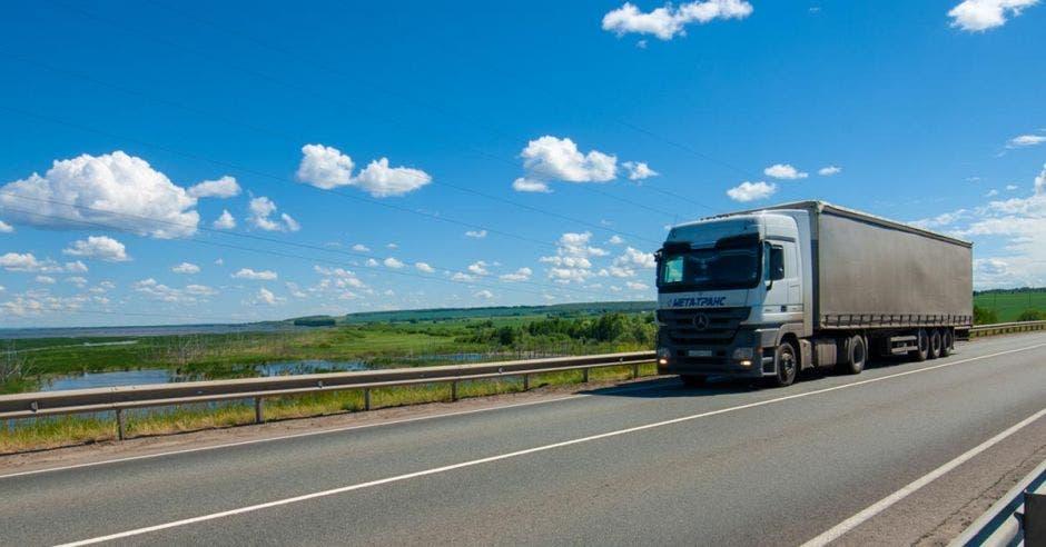 Un camión va por una carretera principal