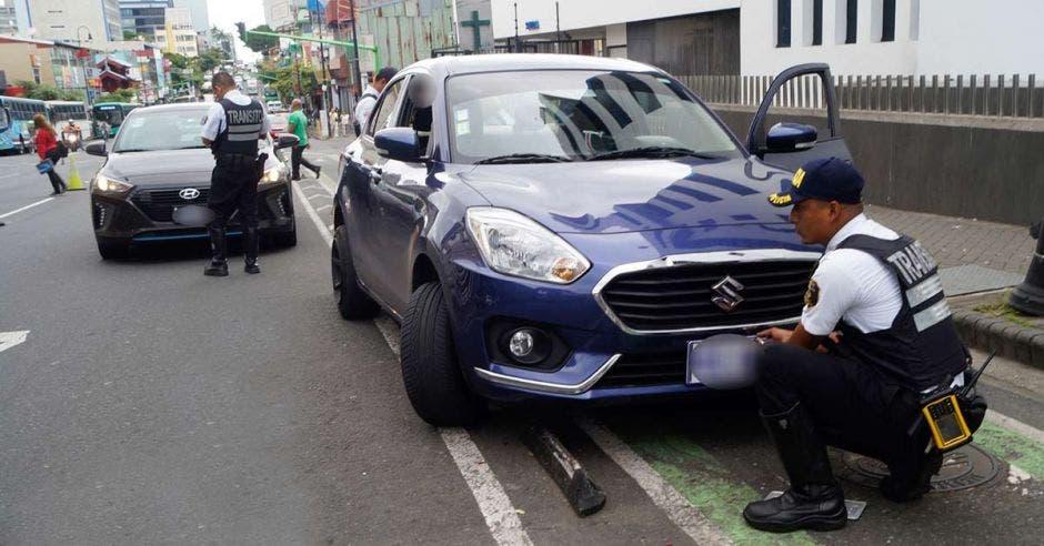 Tráfico bajando las placas a un vehículo