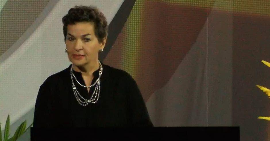 Christiana Figueres vestida de negro y con collares de plata
