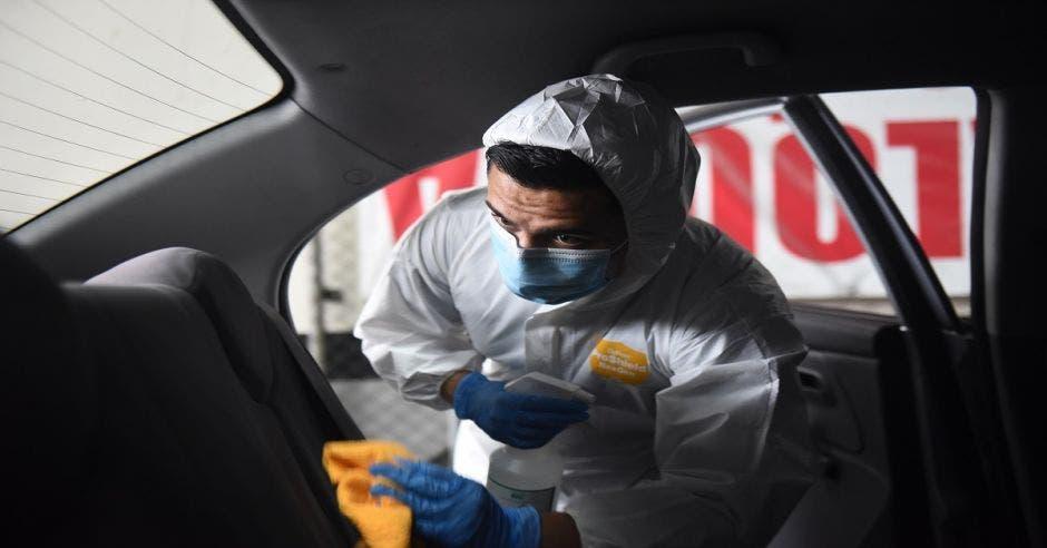 DiDi desinfectando auto