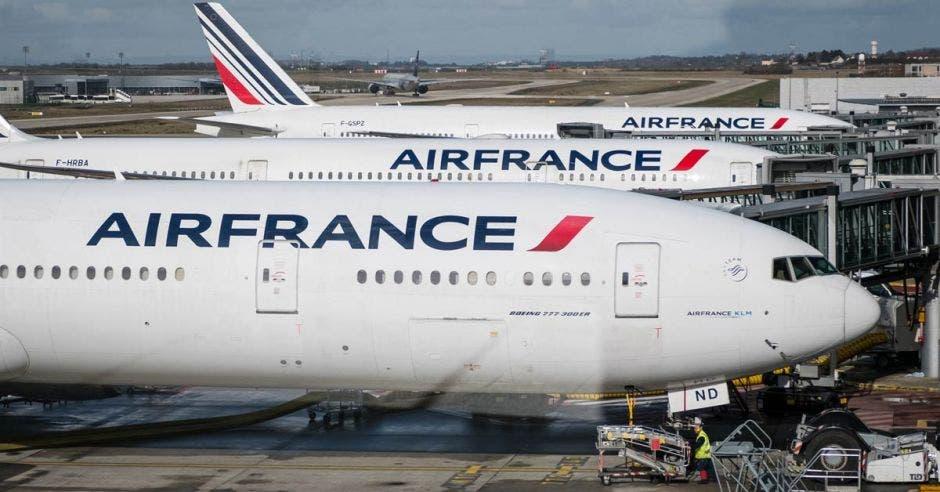 Tres aviones de Air France estacionados en un hangar