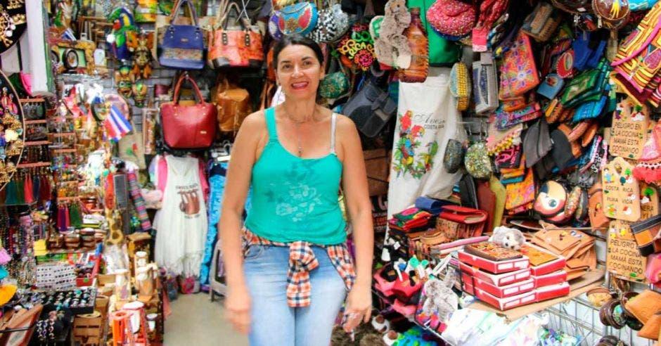 Una señora en el mercado de artesanías