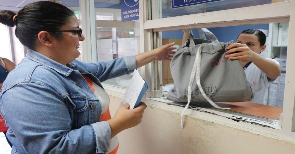 Una persona retirando la bolsa de tela reutilizable