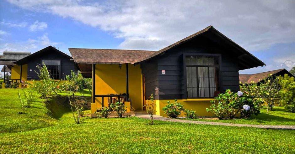 Un hotel que es una casa amarilla