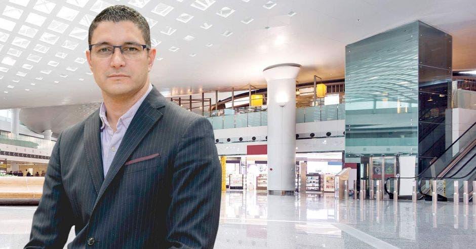 Daniel Salas y un mall de fondo