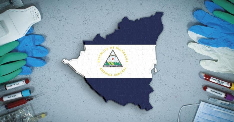 La bandera de Nicaragua en medio de material quirúrgico