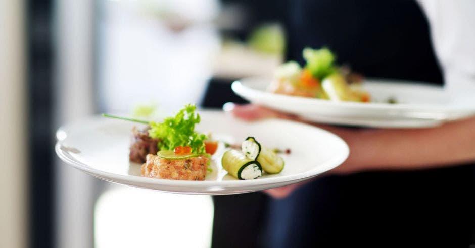 Un salonero sostiene dos platos