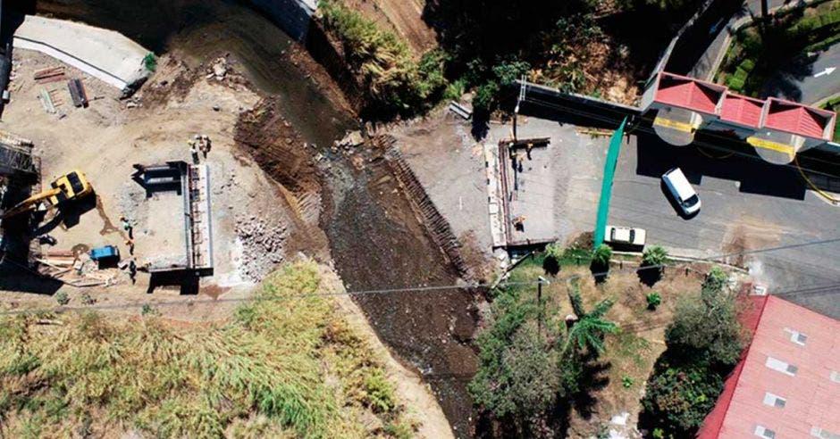 Toma aérea de construcción de puente