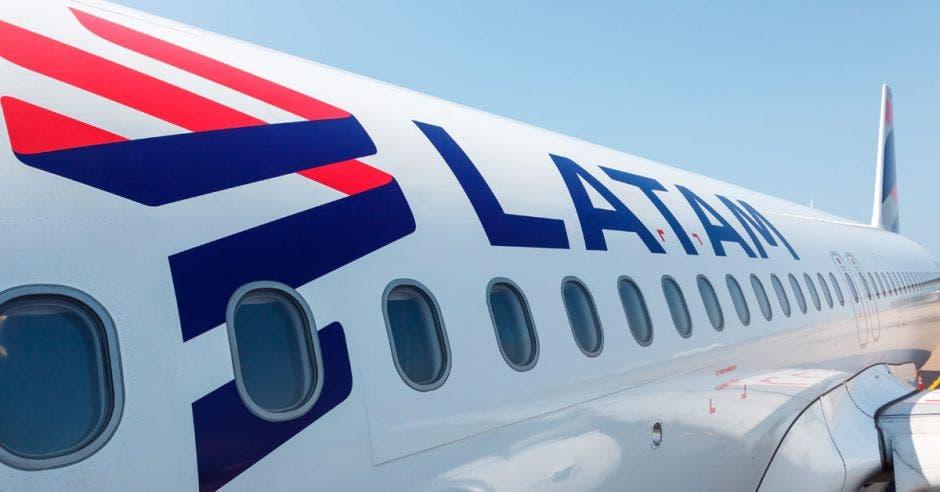 Fuselaje de un avión de latam airlines
