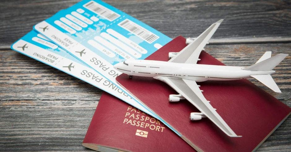 Dos pasaportes y tiquetes aéreos