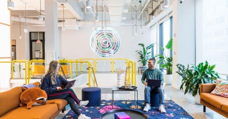 Dos jóvenes comparten en una sala de trabajo