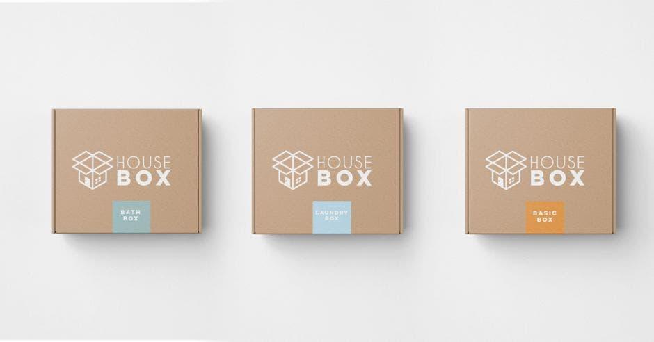 Tres cajas de color café sobre un fondo blanco