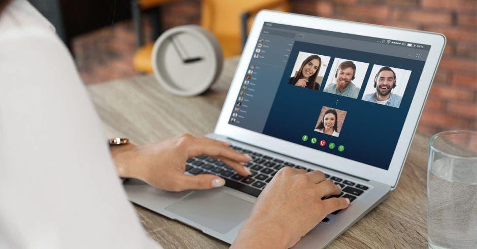 Persona usando computadora para videollamada