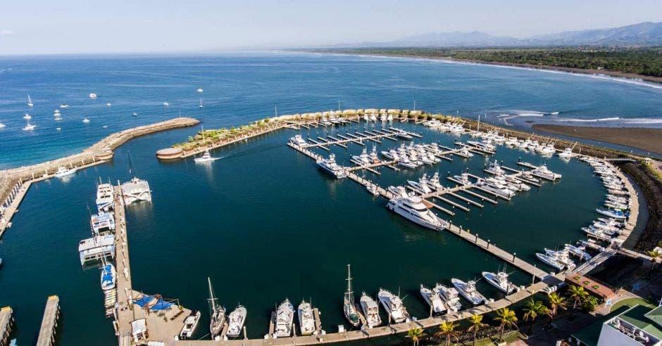 Imagen aérea de una marina y varios yates estacionados