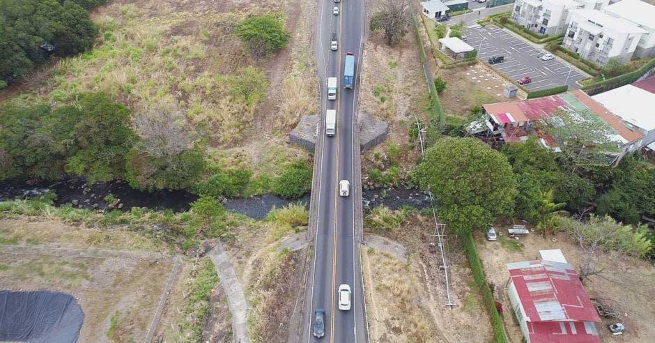 Toma aérea de puente sobre río Ciruelas