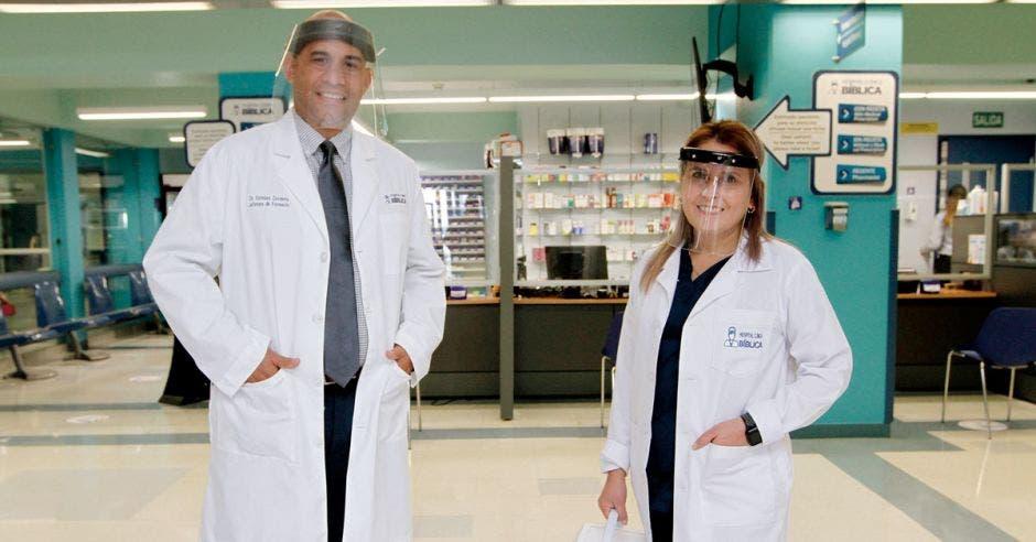 Dr. Esteban Zavaleta, jefe de Farmacia del Hospital Clínica Bíblica junto a la Dra. Xinia Porras Sánchez, microbióloga..