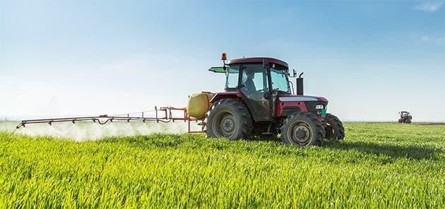 Agricultor trabajando en su tractor