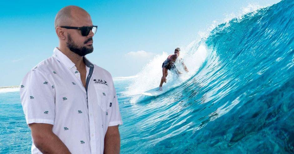 hombre y tabla de surf