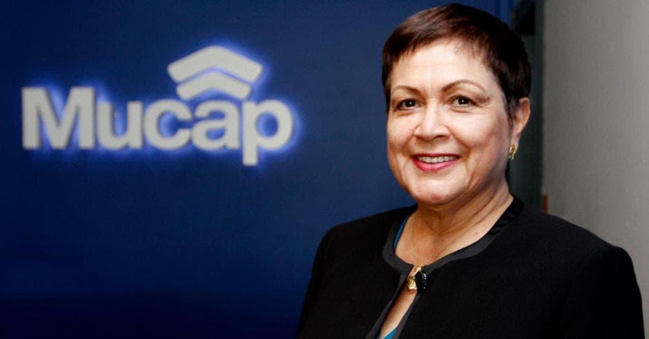 Una mujer sonríe junto al logo de Mucap