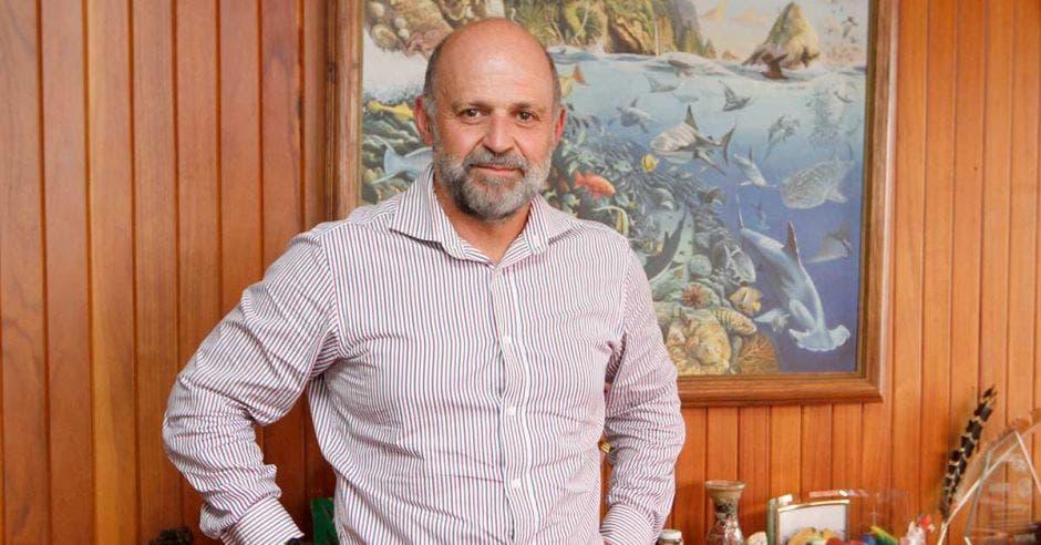 Carlos Manuel Rodríguez habla en su oficina junto a un libro