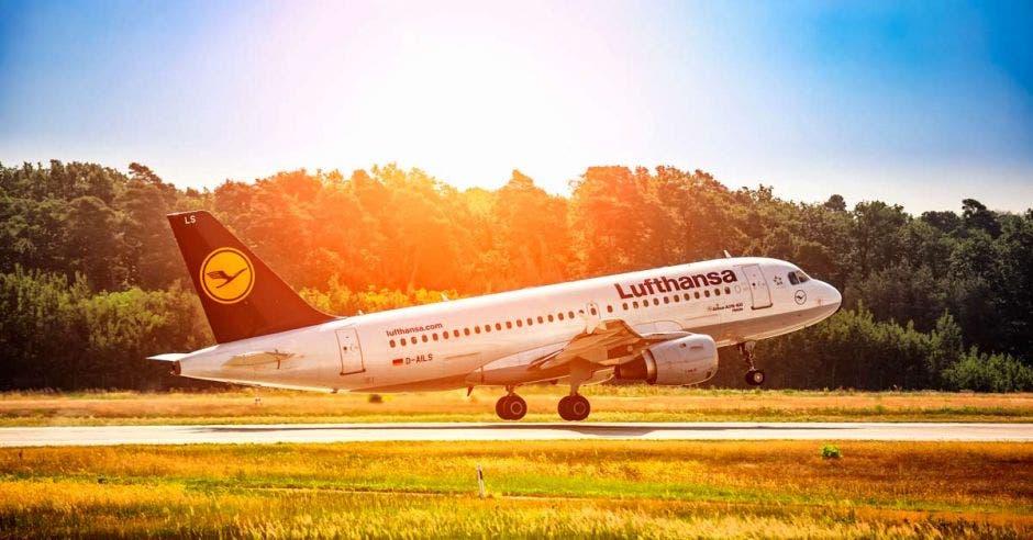Avión de Lufthansa despegando
