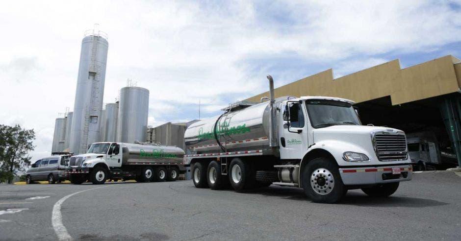 Dos camiones con leche