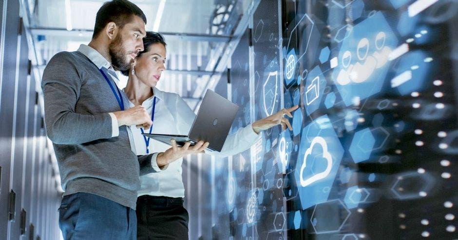 Hombre y mujer revisando servicios de telecom