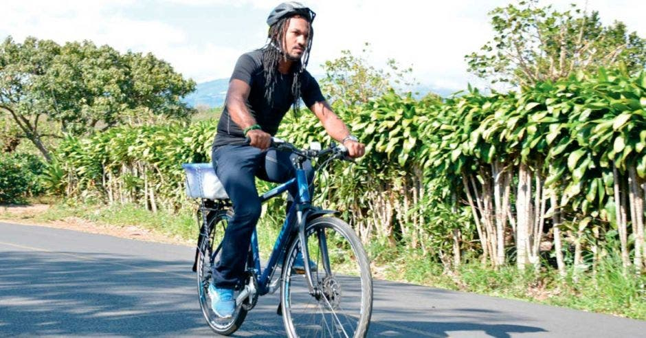 Hombre en bicicleta en zona rural
