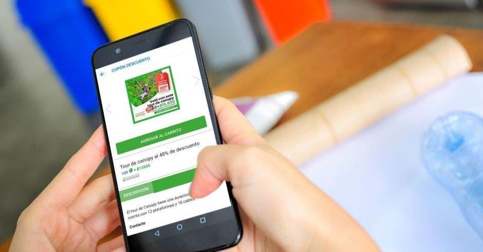 Una persona manipula un celular con la aplicación de ecoins abierta