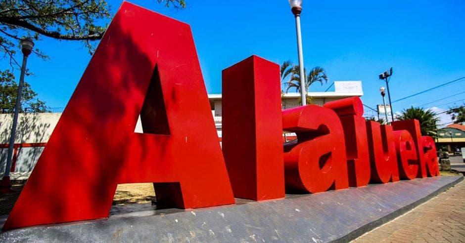 Letras con el nombre Alajuela colocada en el parque de la provincia