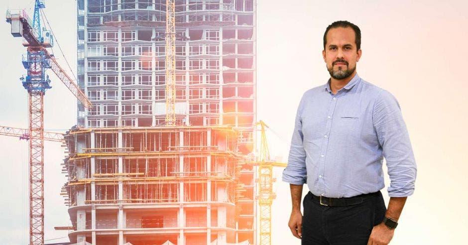 Un hombre posa junto a un edificio en construcción
