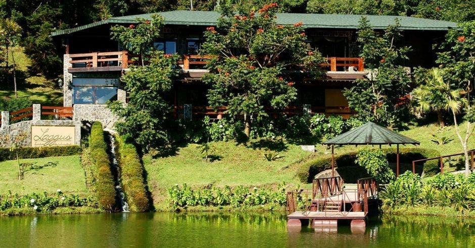 Un lago rodeado de naturaleza y cabañas de madera